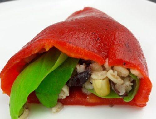 Gegrillte Paprika gefüllt mit Basilikum Blätter und Bulgur Mexicana