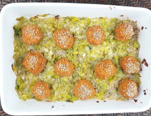 Bällchen aus N4U food gebackenen Bohnen in Tomatensauce mit Ajvar, mit Lauch und Sesam
