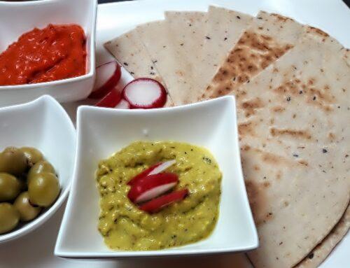Tortillas mit grünen und roten Ajvar