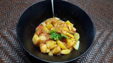 Kartoffeln mit Gjuvec, mit Curry verfeinert